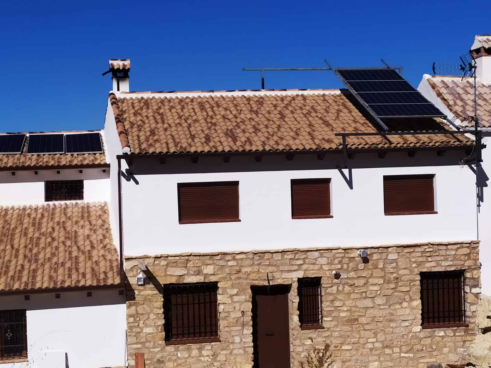 Instalación fotovoltaica aislada con baterías en axarquia